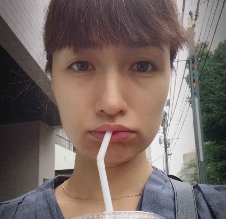 ストローで飲み物を飲んでいるすっぴんの佐田真由美の画像