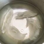 燕の巣を水に浸ける